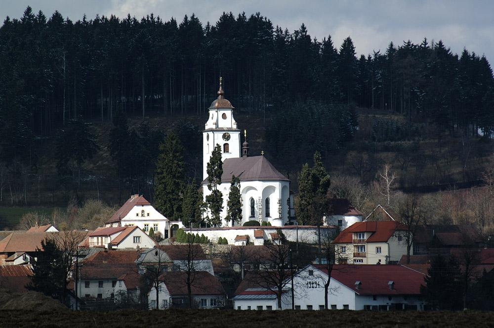 OBEC NETÍN pohled na náves s kostelem Nanebevzetí Panny Marie