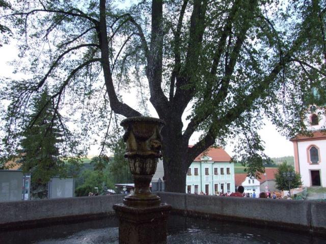 Kašna na náměstí Jiřího z Poděbrad v Novém Kníně