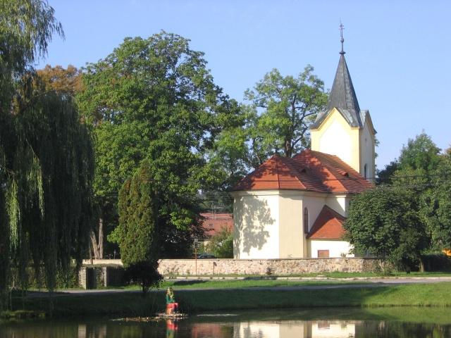 Kytínská náves s kostelem