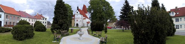 Náměstí Horní Stropnice s kostelem sv. Mikuláše