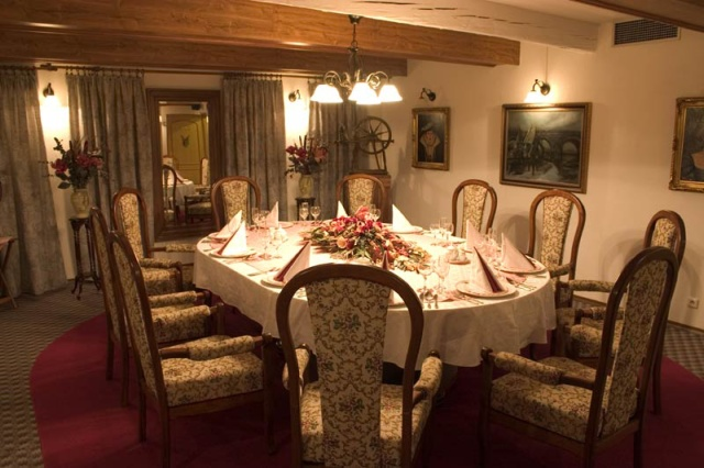 Svatební salónek, možno pro 15 či 55 míst, případně celé horní patro: 70 míst + 40 míst v přízemí