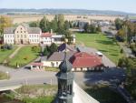 Pohled z kostela na základní školu