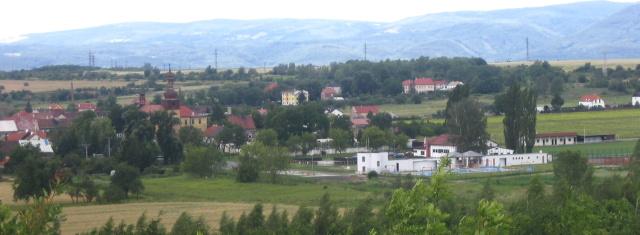 Pohled na obec a nový sportovní areál Strupčice